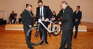 Erdoğan, Sırp Mevkidaşına Bisiklet Hediye Etti