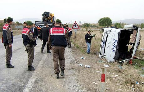 Polis Otobüsü Devrildi: 23 Yaralı