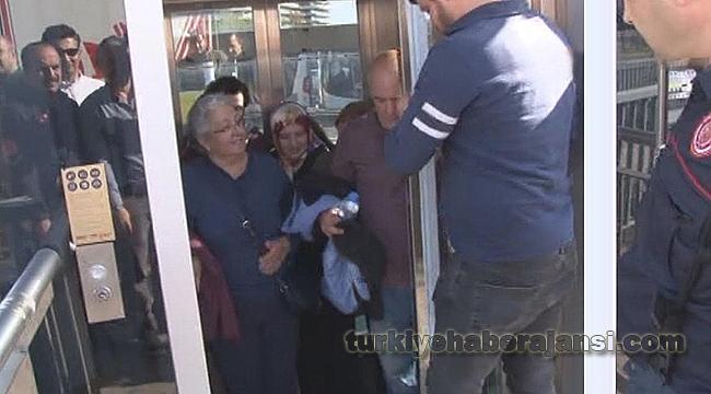 Engelli Asansörüne Bindiler Mahsur Kaldılar