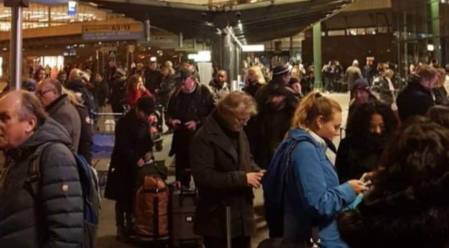 Hollanda'da Havalanında Bıçaklı Saldırgan Paniği