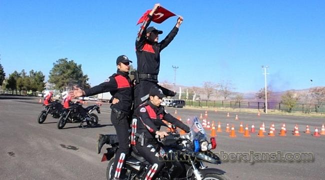 Motosikletli Polis Timlerinin Kurs Sonu Gösterisi Büyüledi