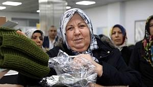 Kadınlar Mehmetçik İçin Kışlık Giyecek Ördü