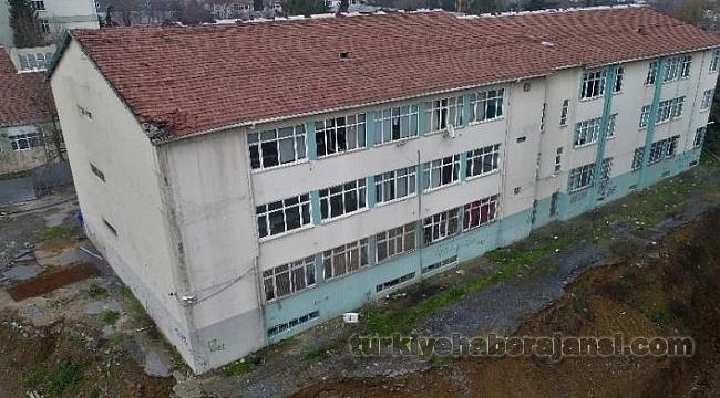 Vali Açıkladı: Tehlikedeki Binada Eğitim Durdu!