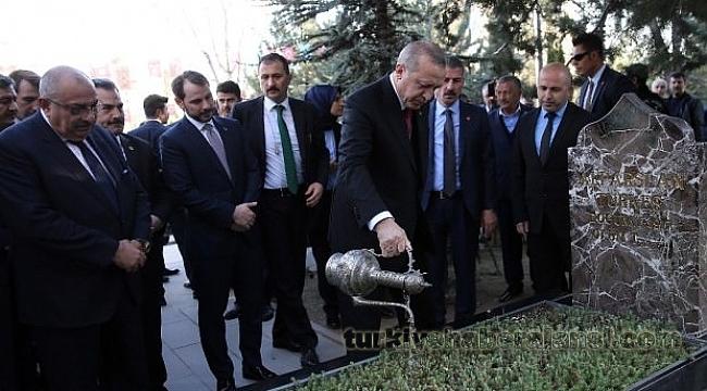 Erdoğan, Türkeş'in Kabrini Ziyaret Etti