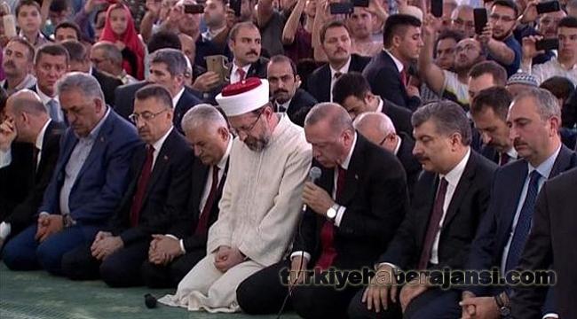 Erdoğan, 15 Temmuz Şehitleri İçin Kur'an-ı Kerim Okudu