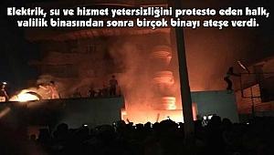 Göstericiler Siyasi Parti ve Kamu Binalarını Ateşe Verdi