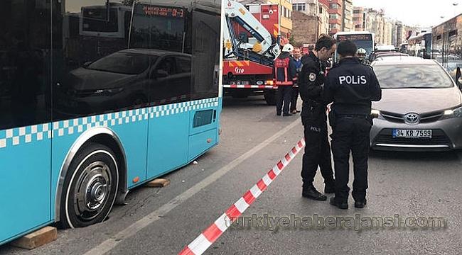 Kadıköy'de yol çöktü! Trafik kilitlendi!