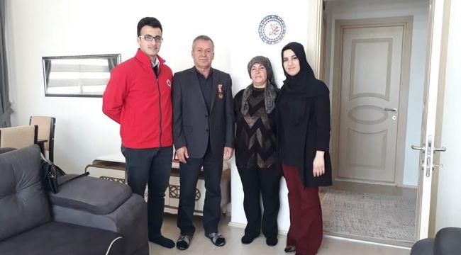 Gazi polis ev ziyaretinde bulunan müdüre teşekkür etti