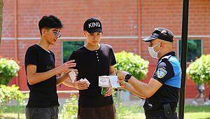 Adana'da polisler, gençler ile parkta buluştu