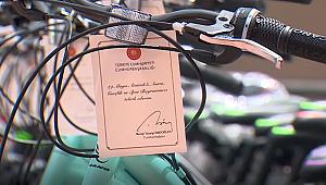 Cumhurbaşkanı Erdoğan'dan çocuklara bisiklet hediyesi