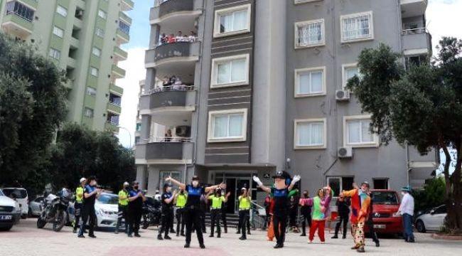 Polisten bayramda palyaçolu ve müzikli eğlence