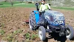 Trafik polisi tarlasına süren çiftçiye yardım etti