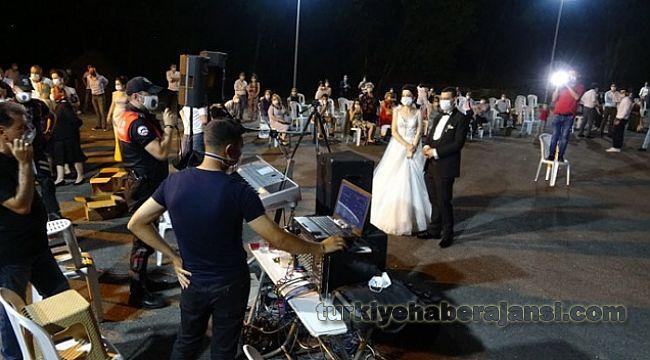 Polis düğünde halay uyarısı yaptı