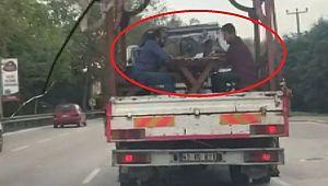 Seyir halindeki kamyonet kasasında tavla oynadılar, cezayı sürücü yedi