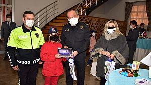 Polis Eşleri Derneği'nden çocuklara tablet HEDİYE edildi