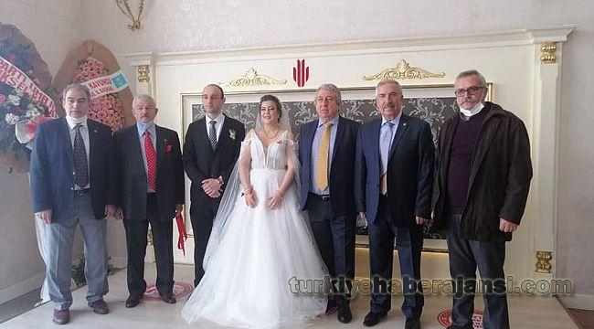 Polis Derneği Yöneticilerinden yeni evli çifte TEBRİK