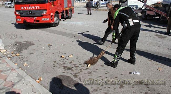 Kaza sonrası yola savrulan ekmekleri polis süpürdü