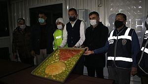 MADO'dan nöbetçi polislere pasta ve tatlı ikramı