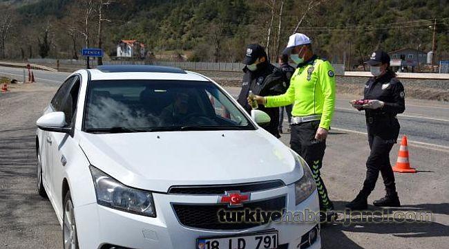 Polisten sürücülere kolonya ve çikolata ikramı