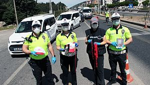 Polislerce sürücülere şapka, düdük, maske hediye edildi