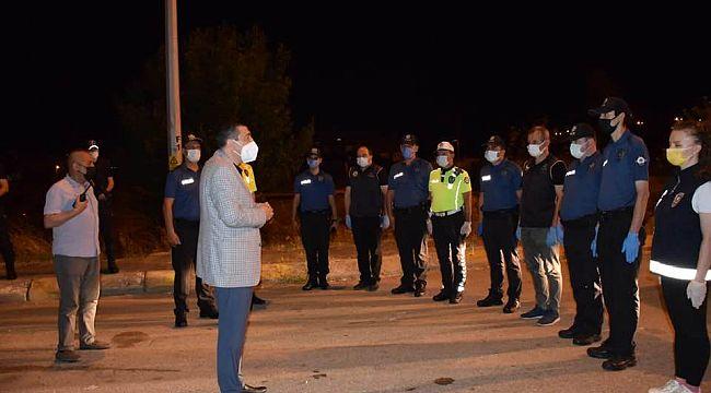 Müdür Aksoy, gece polislerle bayramlaştı
