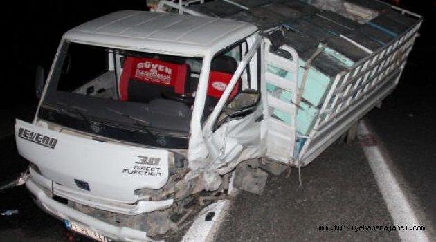 Kamyonet İle Otomobil Çarpıştı: 1 Ölü, 4 Yaralı