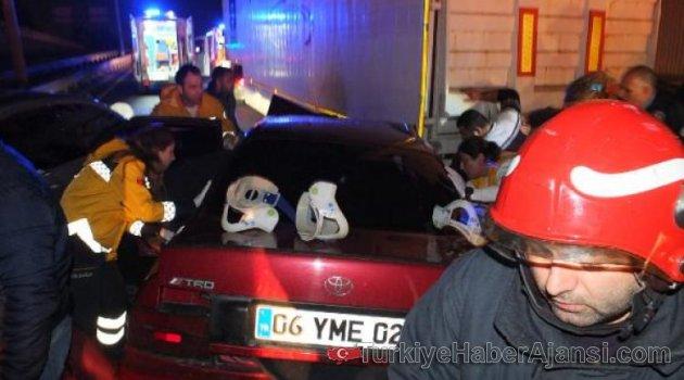 Otomobil TIR'ın Altına Girdi: 4 Yaralı