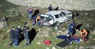 İki Otomobil, Peş Peşe Dereye Uçtu: 3 Ölü