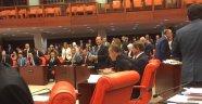 Meclis'te Davutoğlu'ndan Dikkat Çeken Davranış