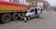 Polis Aracı TIR'a Çarptı: 1 Yaralı