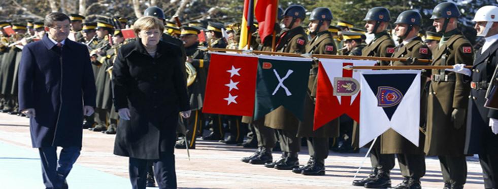 Merkel Askeri Türkçe Selamladı